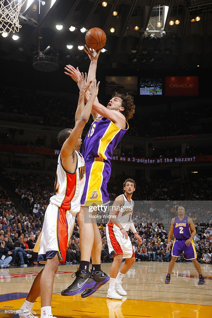 Pau Gasol #16 of the Los Angeles Lakers takes a jump hook against <a gi-track='captionPersonalityLinkClicked' href=/galleries/search?phrase=Brandan+Wright&family=editorial&specificpeople=3847557 ng-click='$event.stopPropagation()'>Brandan Wright</a> #32 of the Golden State Warriors on January 07, 2009 at Oracle Arena in Oakland, California.