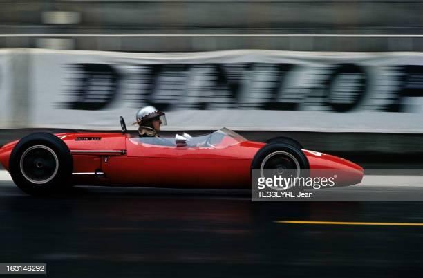 Pau Grand Prix 1964 Sur le circuit de PAU une voiture FERRARI de profil pilotée à haute vitesse