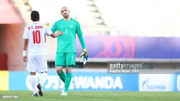 Paul Bernardoni of France and Thanh Binh Dinh of Vietnam shake hands after the FIFA U20 World Cup Korea Republic 2017 group E match between France...