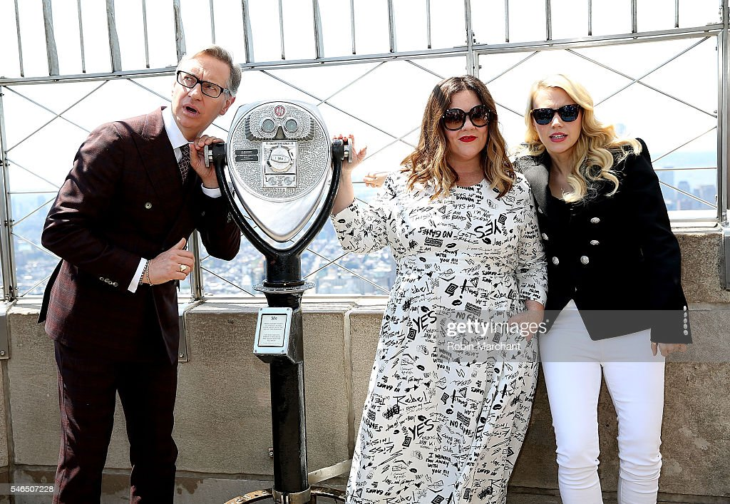 Paul Feig Melissa McCarthy and Kate McKinnon visit The Empire State Building at The Empire State Building on July 12 2016 in New York City