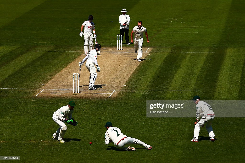 Paul Horton of Leicestershire drops <a gi-track='captionPersonalityLinkClicked' href=/galleries/search?phrase=Ross+Taylor&family=editorial&specificpeople=845922 ng-click='$event.stopPropagation()'>Ross Taylor</a> of Sussex during the Specsavers County Championship Division Two match between Sussex and Leicestershire at The 1st Central County Ground on May 4, 2016 in Hove, England.
