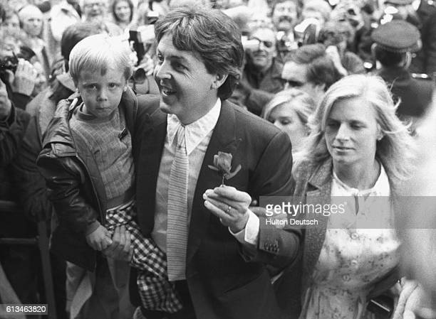 Paul McCartney his wife Linda and their young son arriving at Marylebone Registry Office for the marrige of former Beatles colleague Ringo Starr to...