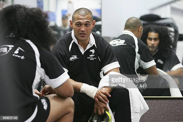 Paul Rauhihi talks to David Solomona during a New Zealand Kiwis training session at Parramatta Stadium October 12 2005 in Sydney Australia