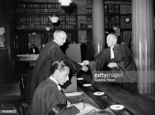 Paul Reynaud député et ministre français à plusieurs reprises en robe d'avocat dans une bibliothèque circa 1940 en France