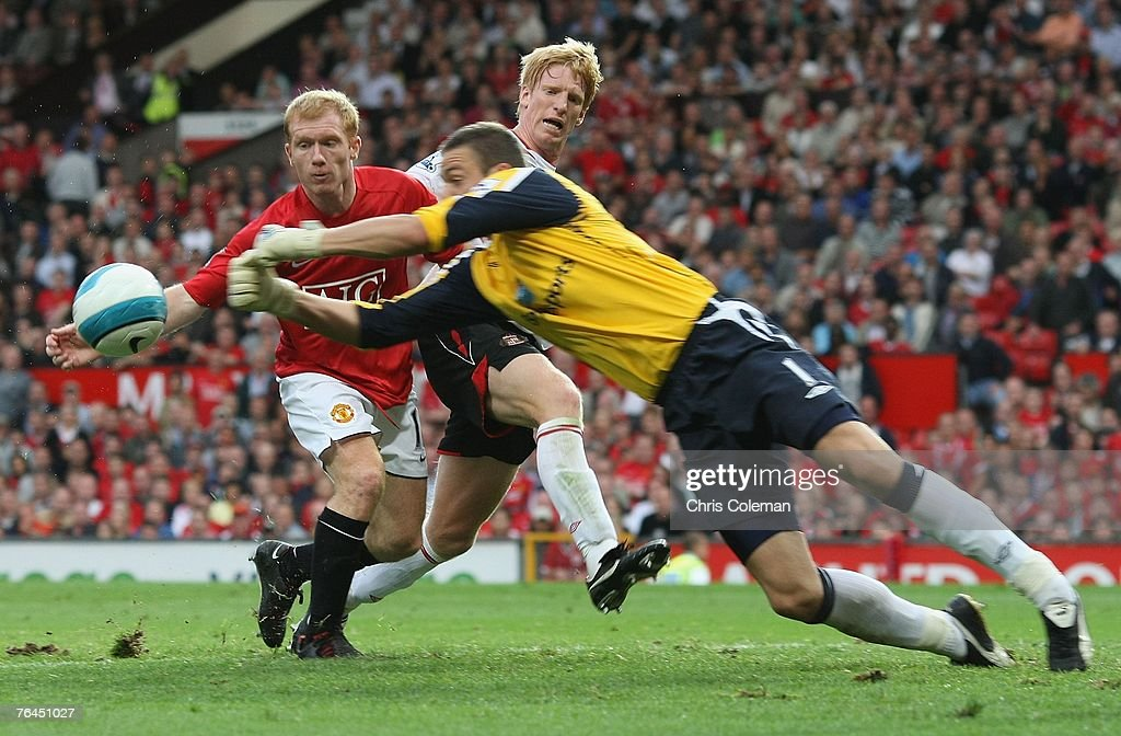 Paul Scholes of Manchester United clashes with Craig Gordon of Sunderland during the Barclays FA Premier League match between Manchester United and Sunderland at Old Trafford on September 1 2007 in Manchester, England.