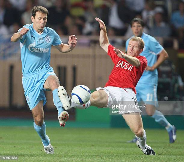 Paul Scholes of Manchester United clashes with Konstantin Zyryanov of Zenit St Petersburg during the UEFA Supercup match between Manchester United...