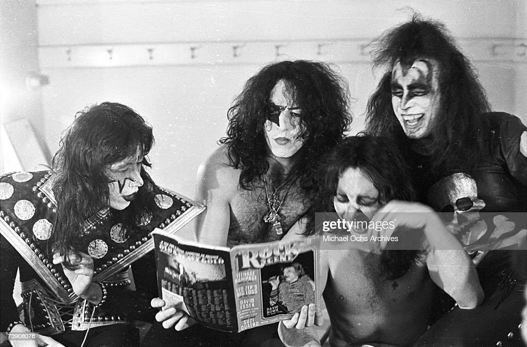 Envie de dire... Paul-stanley-and-gene-simmons-of-the-rock-and-roll-band-kiss-pose-for-picture-id73908076