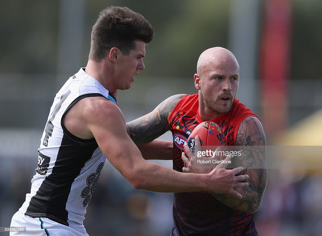Paul Stuart of Port Adelaide pressures <a gi-track='captionPersonalityLinkClicked' href=/galleries/search?phrase=Nathan+Jones+-+Giocatore+di+football+australiano&family=editorial&specificpeople=14648397 ng-click='$event.stopPropagation()'>Nathan Jones</a> of the Demons during the round 10 AFL match between the Melbourne Demons and the Port Adelaide Power at Traeger Park on May 28, 2016 in Alice Springs, Australia.