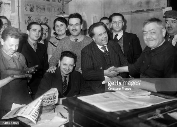 Paul VaillantCouturier félicité par les typographes du journal l'Humanité suite à son élection en tant que député à Paris France le 27 avril 1936
