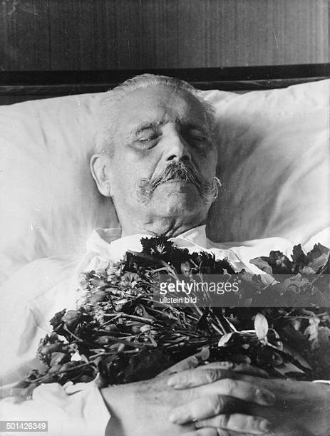Paul von Hindenburg German field marshal and statesman 2nd President of Gemany 192534 The deceased Hindenburg on the deathbed on Neudeck manor Photo...