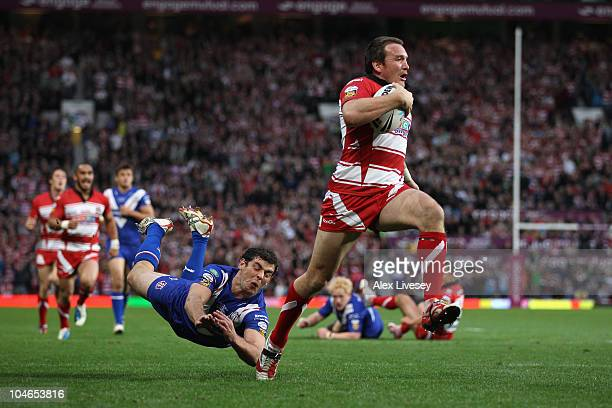 Paul Wellens of St Helens dives in vain as Martin Gleeson of Wigan Warriors sprints to the line for his second try during the engage Super League...