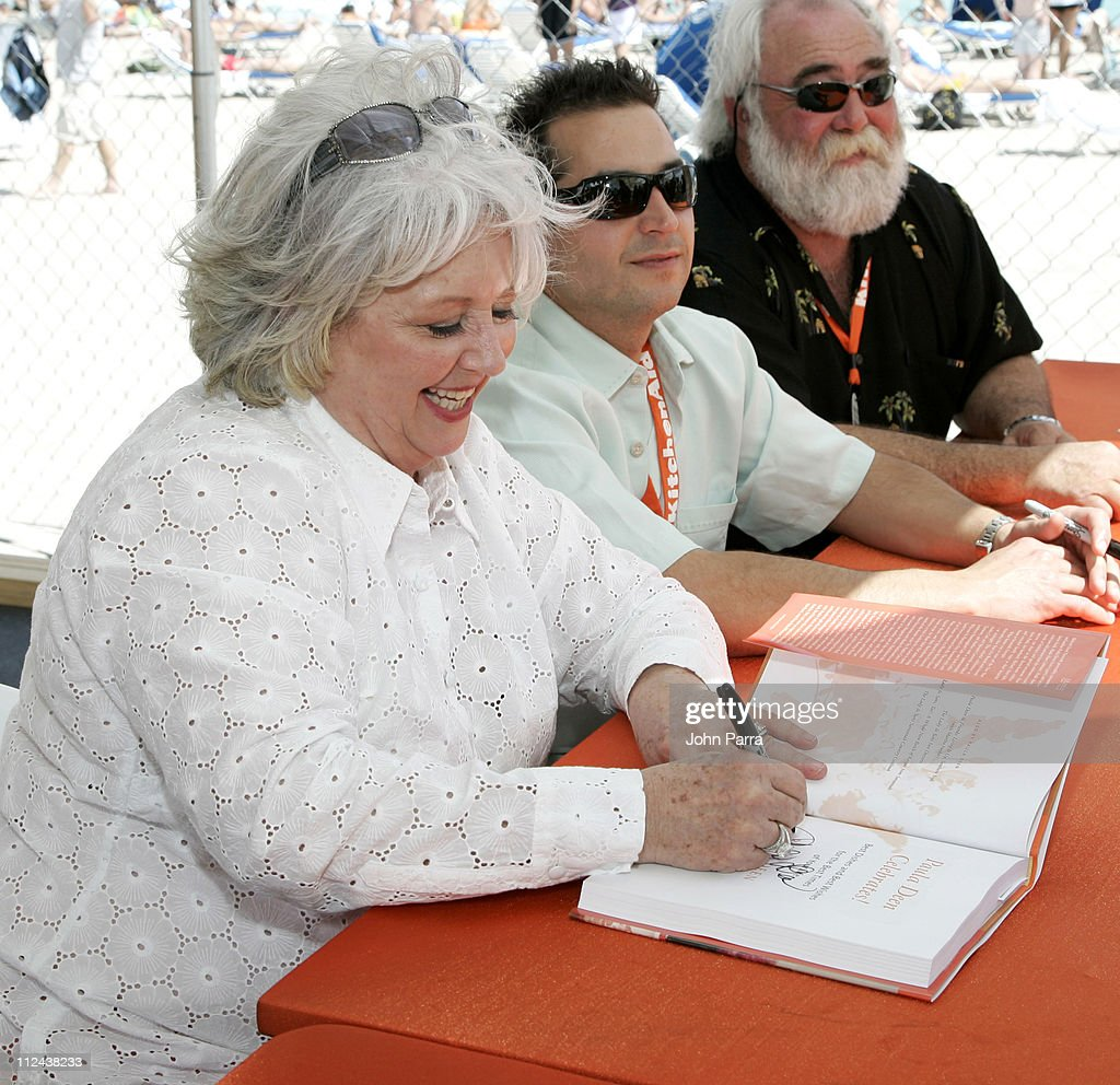 Paula deen photo getty images - Paula Deen During 6th Annual Food Network Wine Food Festival Paula Deen Book Signing