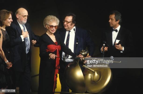 Paulette Coquatrix codirectrice de l'Olympia et sa fille Patricia a gauche aux Victoires de la Musique le 7 fevrier 1994 a Paris France