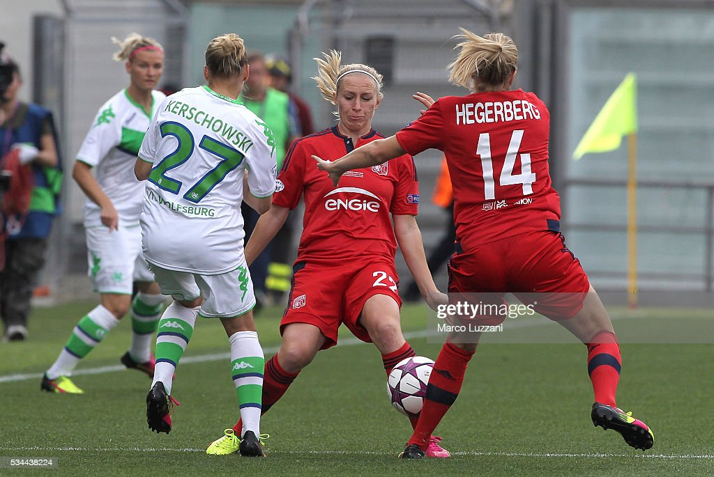 Pauline Bremer (L) of Olympique Lyonnais competes for the ball with Isabel Kerschwski (L) of VfL Wolfsburgduring the UEFA Women's Champions League Final VfL Wolfsburg and Olympique Lyonnais between at Mapei Stadium - Citta' del Tricolor on May 26, 2016 in Reggio nell'Emilia, Italy.