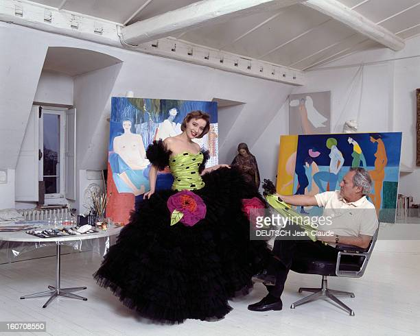 Pauline Laffont Presents The Louis Feraud Springsummer 88 Collection Paris janvier 1988 Faubourg SaintHonoré essayage de Pauline LAFFONT présentant...