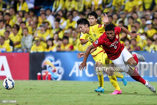 Paulinho of Guangzhou Evergrande and Yuta Nakayama of Kashiwa Reysol compete for the ball during the AFC Champions League quarterfinal football match...