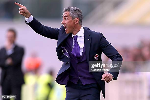 Paulo Sousa manager of ACF Fiorentina shouts instructions to his players during the Serie A match between ACF Fiorentina and US Sassuolo Calcio at...