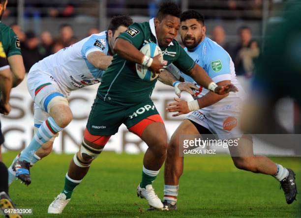 Pau's British flanker Steffon Armitage runs with the ball during the French Top 14 rugby union match between Bayonne's Aviron Bayonnais and Pau's...