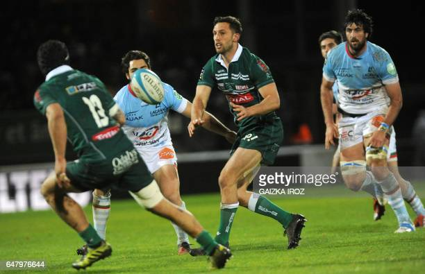 Pau's NewZealand's flyhalf Tom Taylor passes the ball during the French Top 14 rugby union match between Bayonne's Aviron Bayonnais and Pau's Section...