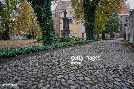Empedrado callejón de que conduce a la iglesia medieval : Foto de stock