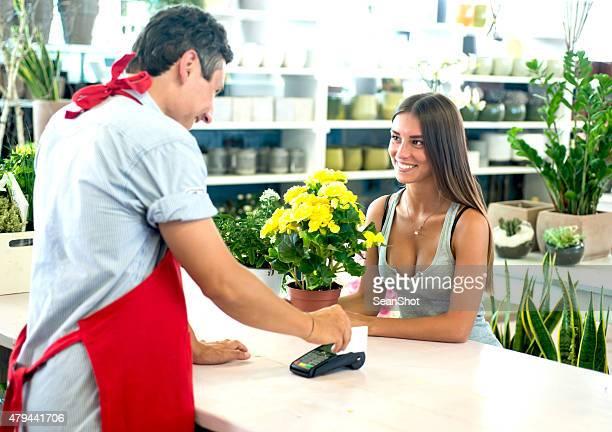 Paiement avec une carte de crédit au fleuriste