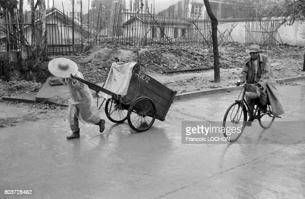 Paysan tirant une charette et cycliste en février 1979 à Pékin Chine