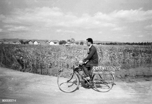 Paysan à vélo dans la campagne près de Canton en février 1979 en Chine