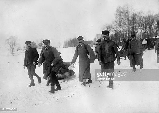 Peace treaty of BrestLitowsk Soldiers of the disintegrating russian army on their way back to their home villages Scene on the road RigaPetersburg in...