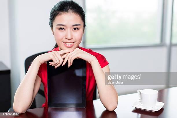 平和ホワイトの女性コンピューター