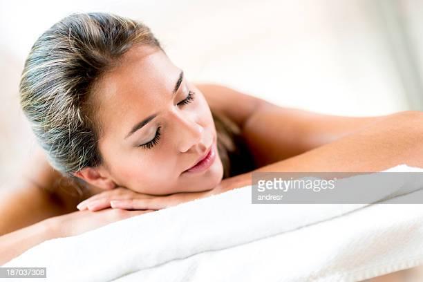 Tranquilla donna nella spa