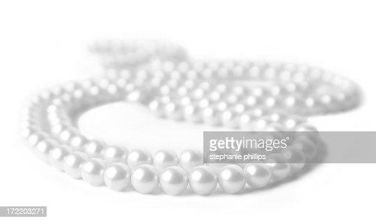 Perlenhalskette liegen auf einem weißen Hintergrund.