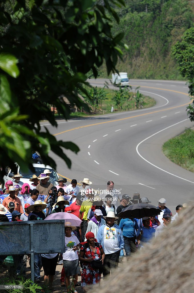 Peasants walk towards the Honduran capital to demand the government the abolition of two laws -one promoting mining industry and the other the creation of 'model cities'- in La Guama, 180 km north of Tegucigalpa, on February 26, 2013. The peasants would bearriving to Tegucigalpa next March 6. AFP PHOTO/Orlando SIERRA