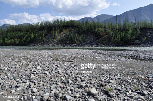 Galet banque d'une rivière de montagne. : Photo
