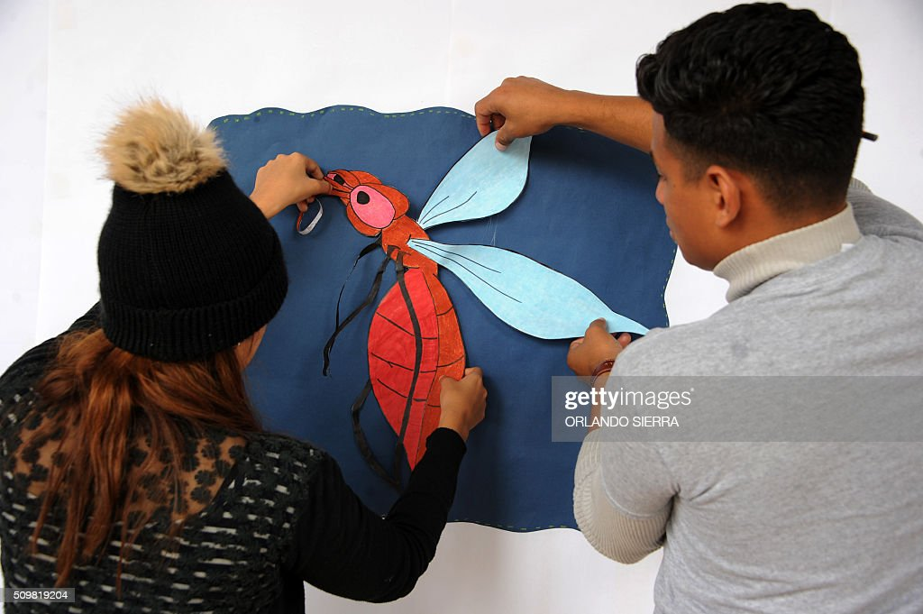 Pedagogy students of the National Autonomous University of Honduras (UNAH) make posters as they start a campaign to prevent Zika virus in Tegucigalpa on February 12, 2016. AFP PHOTO / ORLANDO SIERRA / AFP / ORLANDO SIERRA