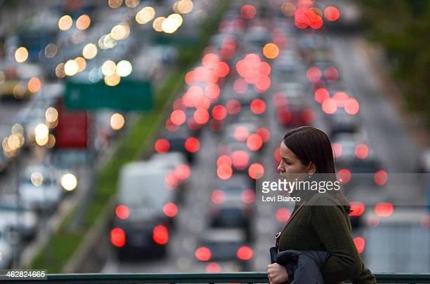 CONTENT] Pedestre caminha em tarde de Trânsito congestionado na avenida 23 de Maio em São Paulo | Congested transit on 23 de Maio avenue in Sao Paulo...