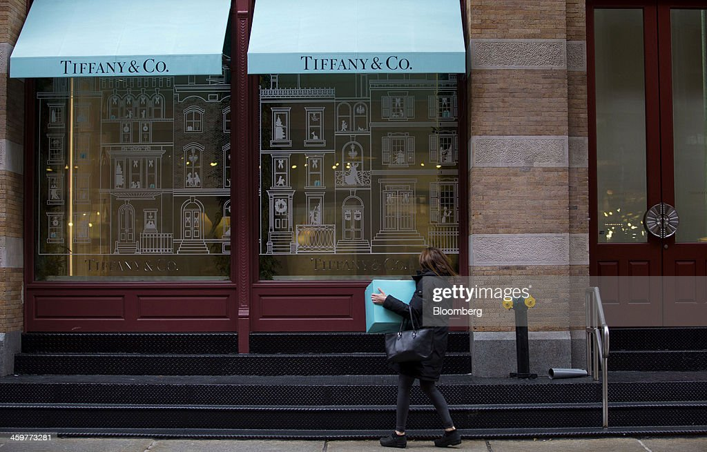 A pedestrian carries a box while looking in the window of a Tiffany & Co. store in the Soho neighborhood of New York, U.S., on Monday, Dec. 30, 2013. The failure of United Parcel Service Inc. (UPS) and FedEx Corp. to deliver packages in time for Christmas has exposed the perils of retailers promising to get last-minute gifts to customers. Photographer: Jin Lee/Bloomberg via Getty Images