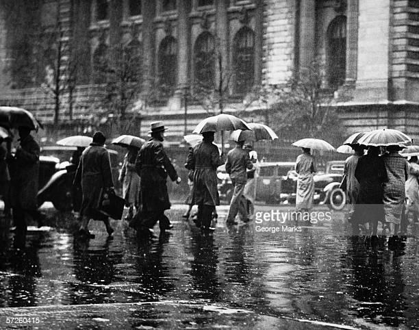 Fußgänger übergeben Straße, regnerische Wetter, New York, USA (B & W