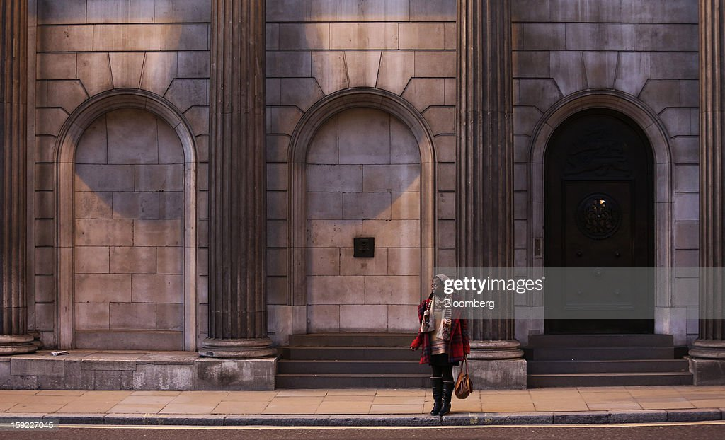 A pedestrian stands on the pavement outside the Bank of England (BOE) in London, U.K., on Wednesday, Jan. 9, 2013. Bank of England policy makers will probably refrain from adding further stimulus to the U.K. economy today as their new credit-boosting program shows early signs of success. Photographer: Chris Ratcliffe/Bloomberg via Getty Images