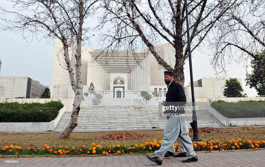 A pedestrian walks past the Supreme Court building in Islamabad on January 17, 2013. The head of Pakistan's anti-corruption watchdog told the Supreme Court on January 17 he did not yet have enough evidence to move against the prime minister and 15 others on accusations of graft. AFP PHOTO/Farooq NAEEM