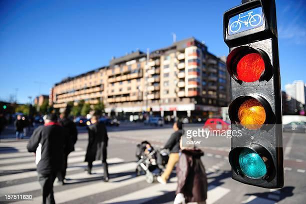 Peatones cruzando la calle, en el semáforo de bicicleta