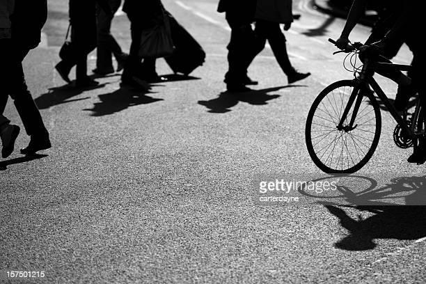 Les piétons, vélo Crossing Road, Picadilly Circus, Londres, noir et blanc