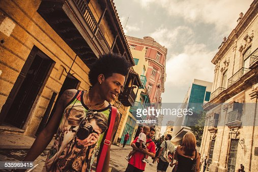 Pedestrians in Calle Obispo, Havana old town : Stock Photo