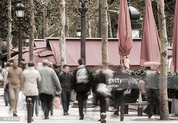Piétons dans les Champs-Élysées.