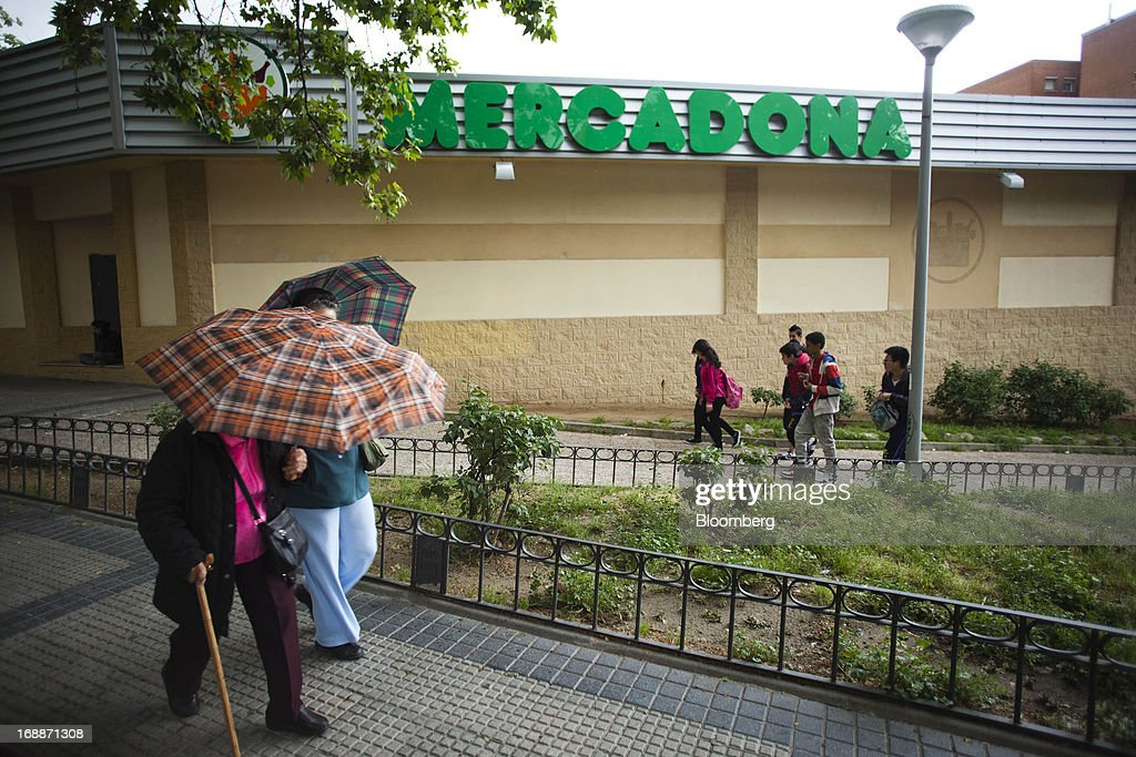 Pedestrians pass a Mercadona supermarket in Madrid, Spain, on Thursday, May 16, 2014. Billionaires Juan Roig and Hortensia Herrero, the husband-and-wife team that controls Mercadona SA, Spain's largest supermarket chain, created thousands of jobs last year as their country's economy crumbled. Photographer: Angel Navarrete/Bloomberg via Getty Images