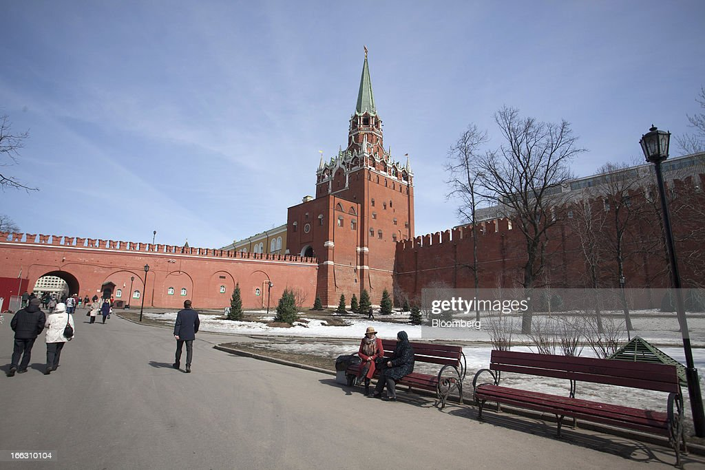 Pedestrians pass the building housing the Kremlin Museum in Moscow, Russia, on Thursday, April 11, 2013. OAO Alrosa may be valued at $9.4-10.8B when the Russian government looks to sell stake in the company in November, Vedomosti newspaper says, citing two unidentified bankers close to Goldman Sachs. Photographer: Alexander Zemlianichenko Jr./Bloomberg via Getty Images