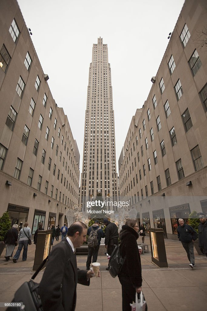 Pedestrians pass the General Electric building at 30 Rockefeller Plaza (C), the headquarters of NBC, on December 1, 2009 in New York City. General Electric is poised to buy Vivendi's NBC Universal stake.