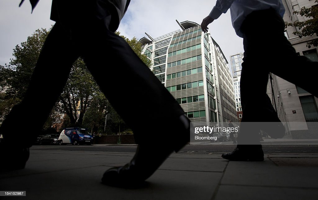 Pedestrians pass the headquarters of Lloyds Banking Group Plc in London, U.K., on Monday, Oct. 15, 2012. U.S. homeowners filed a lawsuit against 12 banks, including Lloyds Banking Group Plc, Barclays Bank Plc, and JPMorgan Chase & Co., claiming that manipulation of the benchmark Libor lending rate made their mortgage repayments more expensive. Photographer: Simon Dawson/Bloomberg via Getty Images