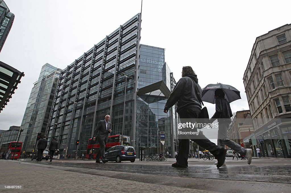 Pedestrians pass the headquarters of the Royal Bank of Scotland Group Plc (RBS) in London, U.K., on Wednesday, July 18, 2012. The U.K. financial regulator said it's investigating seven lenders over attempts to manipulate interbank offered rates as lawmakers criticized it for not opening the probe earlier. Photographer: Chris Ratcliffe/Bloomberg via Getty Images