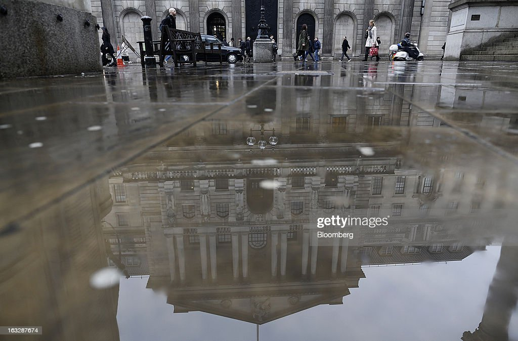 Pedestrians pass the main entrance to the Bank of England (BoE) in London, U.K., on Thursday, March 7, 2013. The pound dropped to its weakest level in more than 2 1/2 years versus the dollar before Bank of England policy makers announce their decision on whether they will add more stimulus to boost the U.K. economy. Photographer: Simon Dawson/Bloomberg via Getty Images