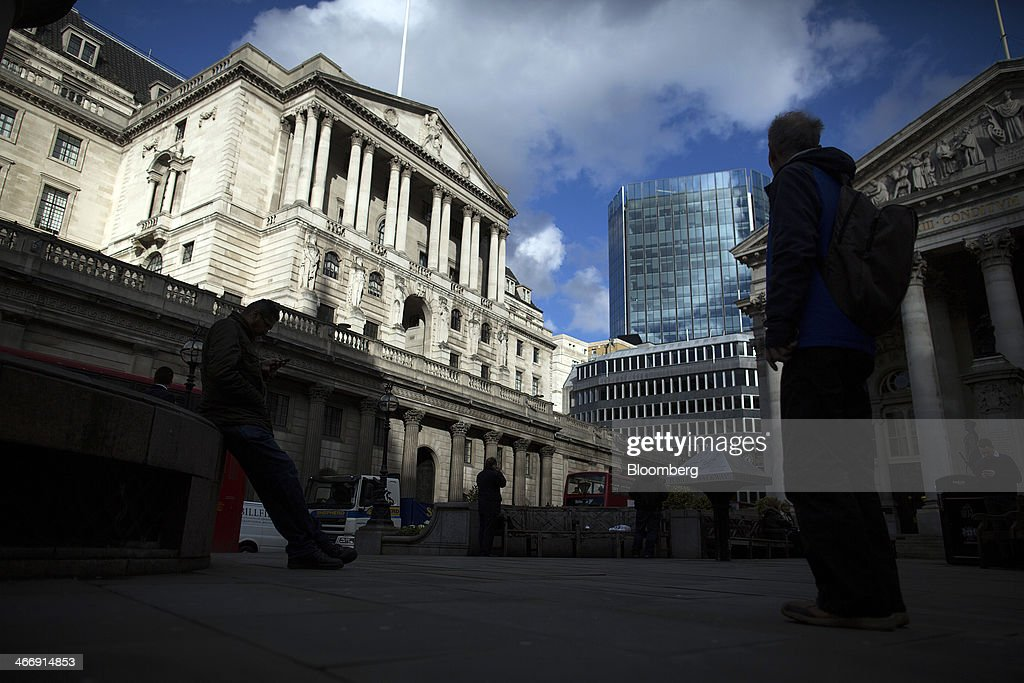Pedestrians stand in Exchange Square opposite the Bank of England in London, U.K., on Tuesday, Feb. 4, 2014. Between 2007 and 2011, policy makers in London lagged behind their American counterparts in cutting rates and adopting emergency policy measures in response to the financial crisis. Photographer: Simon Dawson/Bloomberg via Getty Images